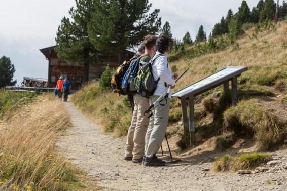 Senderistas consultando el mapa.