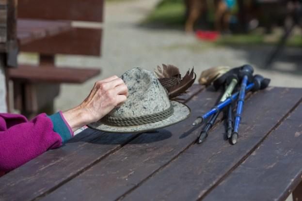 Sombrero y bastones del señor más elegante de la montaña.
