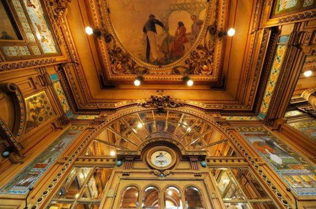 Abunda la belleza en las paredes y frescos de La Cigale.