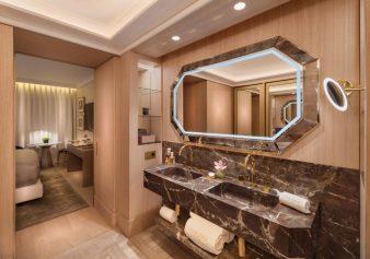 Grifería con baño de oro y encimara de mármol.