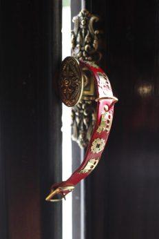 El collar suizo de Eros y los herrajes originales estilo estilo Luis XVI de la ventana.