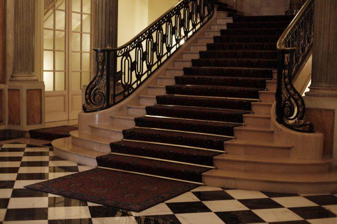 Damero e imponente escalera de mármol en la planta noble.