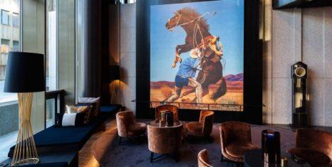 Lobby con obra de Richard Prince y muebles de diseño noruego.