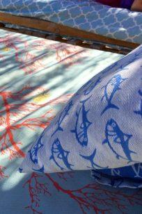 Tapizado de las camas balinesas, corales y peces.