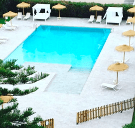 Este verano el hotel estrena piscina de gres porcelánico (el material más resistente, higiénico y seguro).