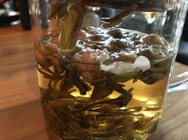 Detalle de mi té de hierbas y flores de la región.