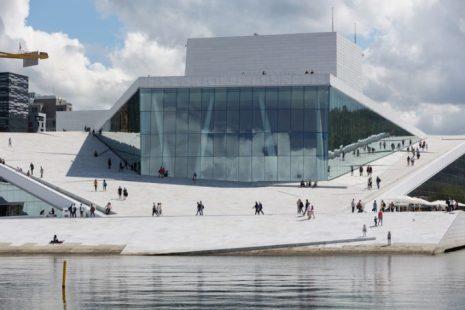 Ópera de Oslo, revestida en mármol de Carrara, parece emergen del Fiordo.