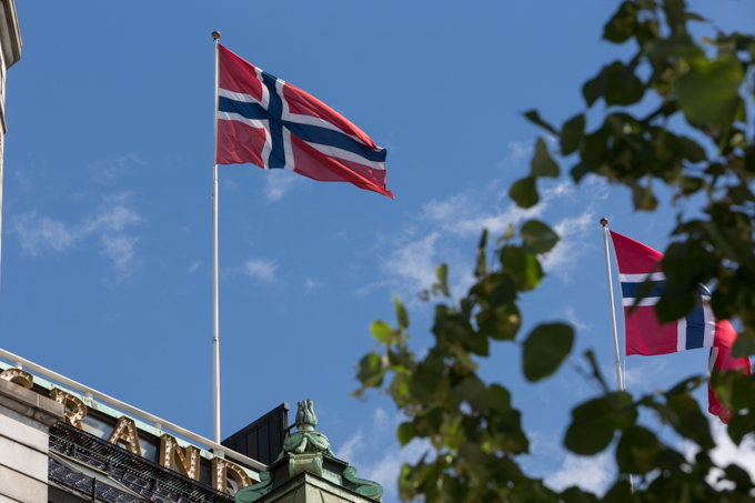 Banderas de Noruega flambean en el Grand Hotel.