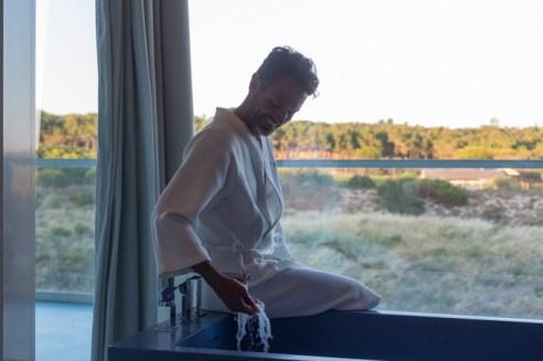 En mi suite, preparándome un baño de aromaterapia.