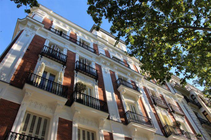 Papá mira hacia arriba y yo hago lo mismo, quizás me tiran una pelota desde un balcón (edificio señorial de la calle Antonio Maura).