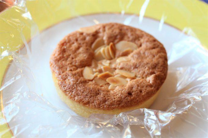 Yo no como harinas pero esta tarta de almendras, un welcome gift clásico del Ritz, huele a recién horneada.