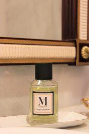 LA MANUFACTURE, es el perfume de Papá; huele a pomelo, ruibarbo, a un jardín elegante en primavera.