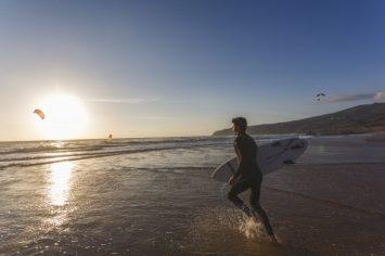 Miguel Champalimaud, director del hotel THE OITAVOS, disfrutando de su deporte favorito en la playa de Guincho.