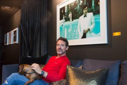 En el hotel The Thief con elretrato del músico Bryan Ferry, obra del fotógrafoEric Boman.Jersey HACKETT, reloj MONTBLANC vaqueros LEVI´S.
