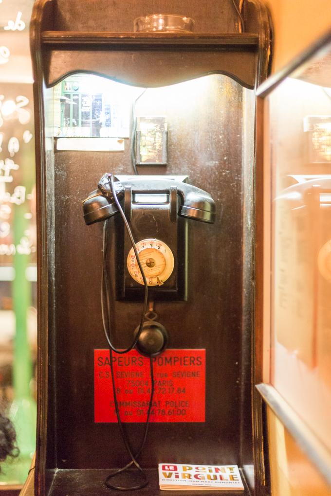 Cabina de teléfono antiguo en el bistró.