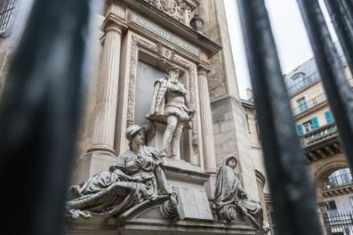 Monumento a Gaspard de Coligny en la Rue de Rivoli; a la izquierda, la Patria sosteniendo una corona y, a la derecha, la Religión con una palma (1889, obra de Gustave Crauk).