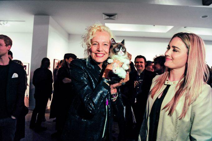 Ellen von Unwerth y Grumpy Cat durante la exposición celebrada en TASCHEN.