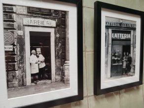 Fotos antiguas y costumbristas decoran las paredes.