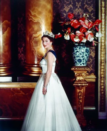 Cecil Beaton fotografiando a Su Majestad en Buckingham Palace, 1955. Copyright: Victoria & Albert Museum, London.