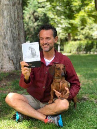 Leyendo 'Dogs Songs' de Mary Oliver (Ed. Valparaíso) en El Retiro.