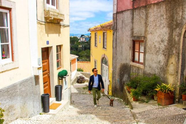 Por las calles de Sintra con americana HARMONT & BLAINE, camisa HACKETT, zapatiillas SWIMS. y gafas GUCCI.