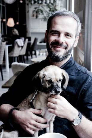 Toño Fraguas y Tirso posando para DOG FRIENDLY traveler.com.
