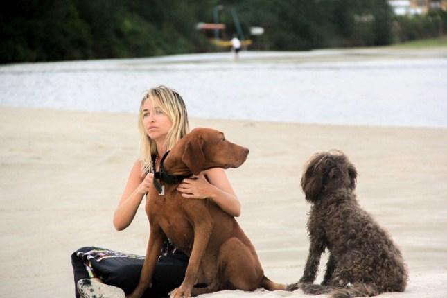Angie, Samito y Rosa en la playa.