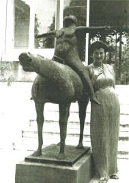 "Peggy Guggenheim junto a la obra ""Angel of the Citadel"" de Marino Marini. Con ella escandalizo a la iglesia en el Gran Canal. Copy: Archivo Bobo Ivancich, marqués de la Torriente."