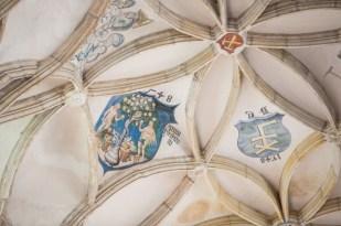 Bóveda con escudos, gremios y entramado de flores y ramas en la cúpula.