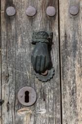 Una de las puertas traseras de la catedral.