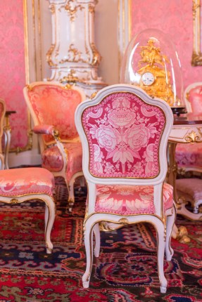 El damasco rosa viste una de las habitaciones de Sissi.
