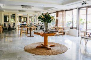 Apliques retro, flores y muebles vintage —parecen de mediados del siglo XX del norte de Europa, principalmente de Dinamarca— visten el restaurante del bar.
