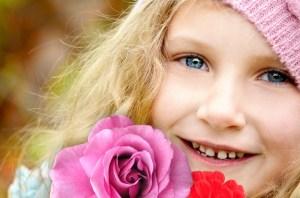 blij kind met bloemen
