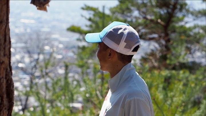 山頂から富士山を眺める小川壮太選手