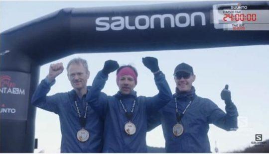 24時間を完走した三選手。優勝のコンラッド(中)、2位のビヨルク(左)、3位のノーラム。サロモンによるライブ配信より。