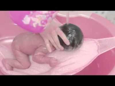 yeni doğan bebek banyosu