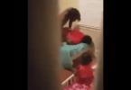 Il surprend et filme sa femme entrainfaire mettre côté fils en pleurevidéo