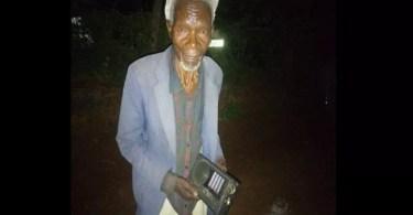 Kenya un homme de 78 ans retourne chez lui après 26 ans de querelle avec sa femme