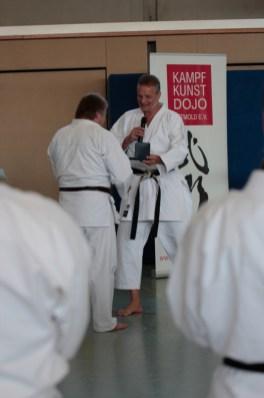 KDNW Vizepräsident Stefan Krause überreicht Wolfgang Pelz Ehrengoldmedaillie