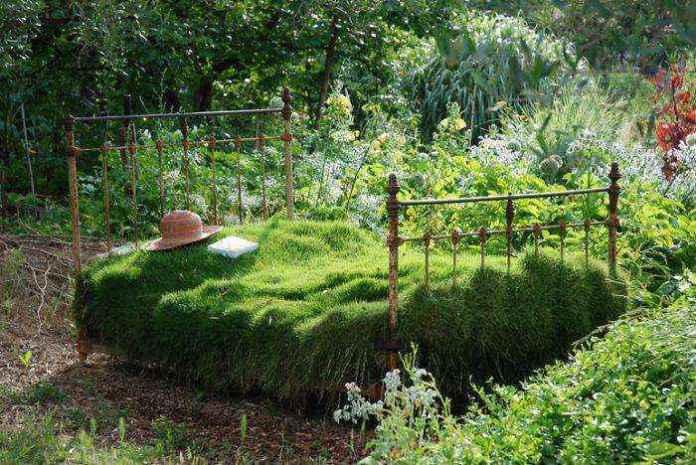image2-34 | Как украсить сад с помощью старой мебели