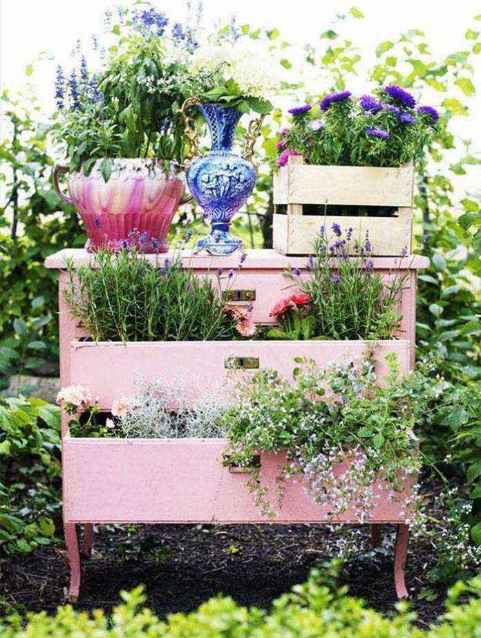 image4-33 | Как украсить сад с помощью старой мебели