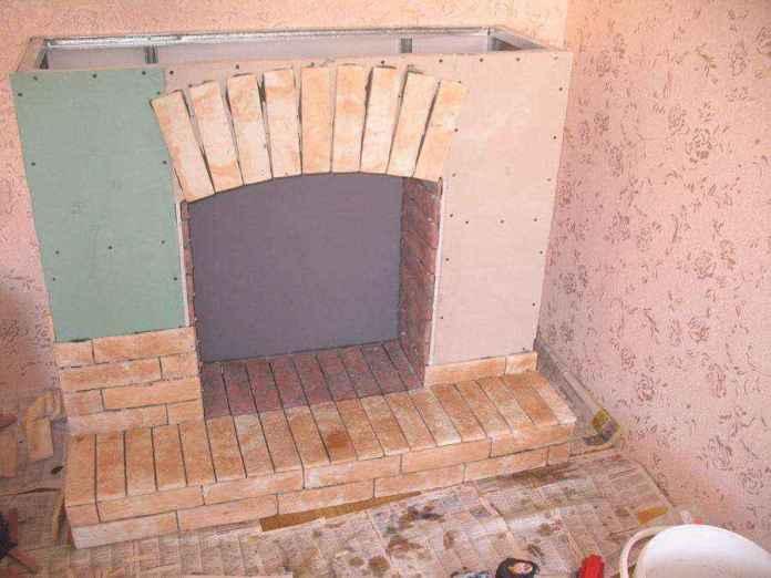 2-1-plywood-handmade-fireplace-surround-with-faux-brick-tiles-masonry-faux-fireplace-ideas | Идеи фальш-каминов: создание, декорирование и начинка
