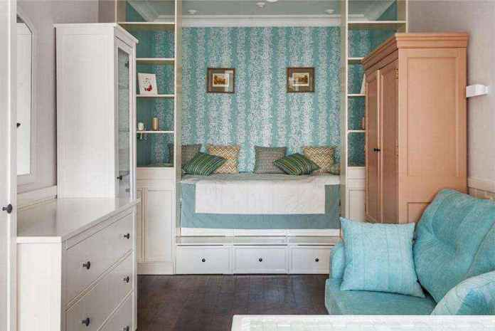 2-1-podium-bed-in-interior-design-peppermint-blue-and-white-girls-room-bedroom-white-furniture-see-through-shelves-chest-of-drawers-sofa-many-storage-areas | Кровати с подиумом в дизайне интерьера: 5 реальных проектов в деталях