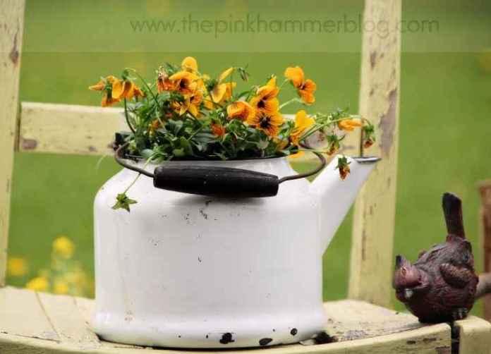 image3-71 | Чудесные цветочные горшки из старых чайников