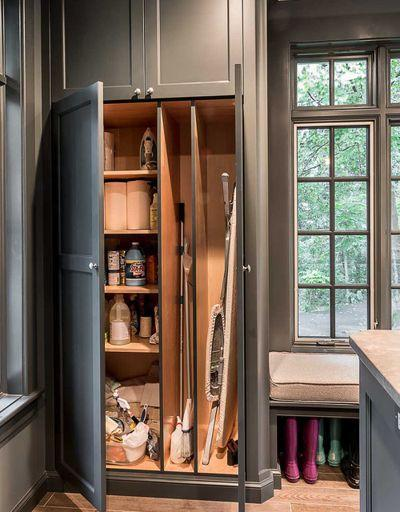 image10-2 | Где хранить швабры, метлы, гладильную доску и другие нужные вещи