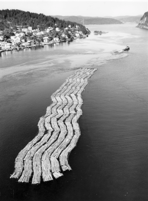 Et av mange store tømmerslep som passerte Brevikbroa på veg inn Frierfjorden. Foto: R.A. Haugen, Skien 1968. Riksarkivet (Pa 1422 Union Co., Uc 0003 Tømmer).