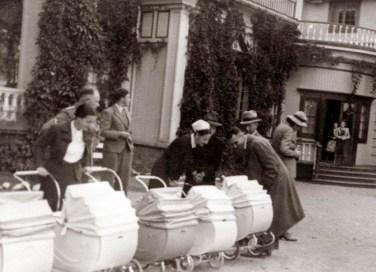 """Lederen av """"Reichsfrauenführung Hauptabteilung Reichsmütterdienst"""" Frau Lienhardt, besøker det første Lebensbornhjemmet i Norge, Hurdal Verk, i september 1941, bare få uker etter åpningen. Dette var det første Lebensbornhjemmet som ble etablert utenfor Tyskland. Arkivreferanse: Riksarkivet, Lebensborn boks 108, RAFA2182U108_12"""