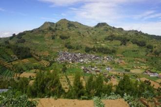 gunung prau pesona 2500 mdpl di jawa tengah dengan pemandangan gunung sumbing sindoro merapi merbabu lawu andong (85)