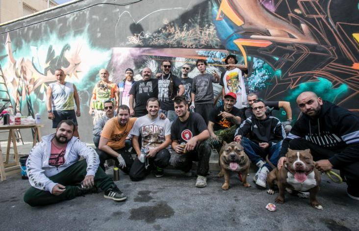 El artista alicantino Rudi, junto a buena parte de los grafiteros como Dolar, Peyo o Janfree.