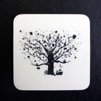Sottobicchiere decorato con stampa ad albero in tema con le stagioni